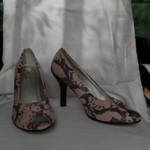 Vianni Collection Dusty Rose/Grey Peep Toe Pump